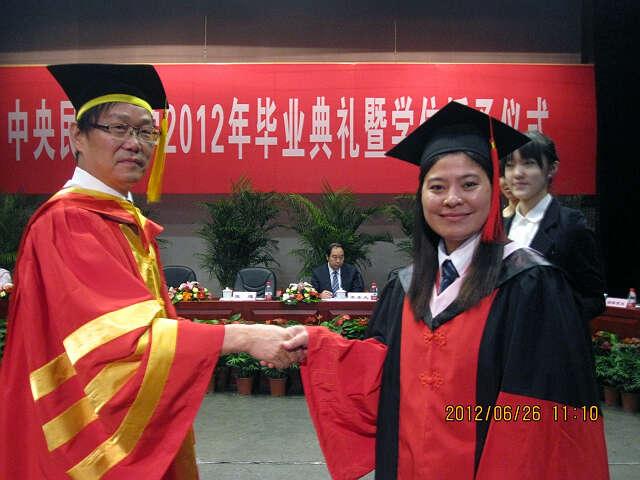 缅甸留学生参加北京中央民族大学的毕业典礼 - 伊水南流 - 缅华同侨之家