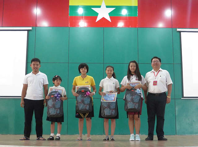 曼德勒新世纪为电脑比赛获奖同学颁奖(王文波)