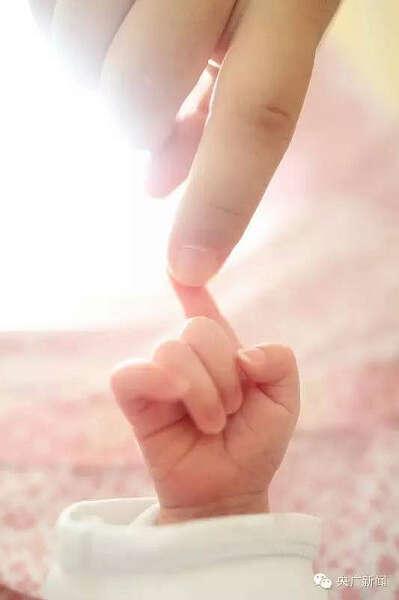 妈妈孩子牵手背影手绘