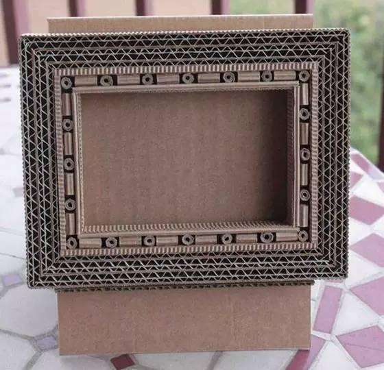 其实留下的纸箱做些小玩意也是可以的,比如做个小相框,可以利用纸箱