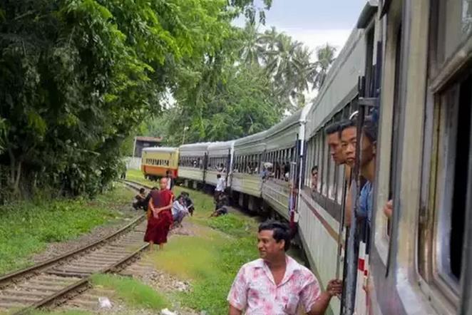 緬甸的鐵路始建于1887年,迄今已有100多年的歷史。早在1914年,緬甸鐵路網就已基本形成,此后變化不大,由縱貫緬甸南北的仰光至密支那鐵路以及曼德勒至臘戍、勃固至椰城、仰光至卑謬等鐵路干線為骨架構成,與東南亞中南半島其他國家鐵路網互不聯通,構成了東南亞中南半島上的一個獨立鐵路網。 該鐵路網在全國由北至南分為11個區域,由緬甸聯邦鐵道部管理。緬甸的鐵路最早是由印度人修建的,1937年緬印分治時,被緬甸收回,1940年到1945年期間遭到戰爭的破壞。1948年緬甸獨立時,收歸國有。  緬甸曾從中國購買了30