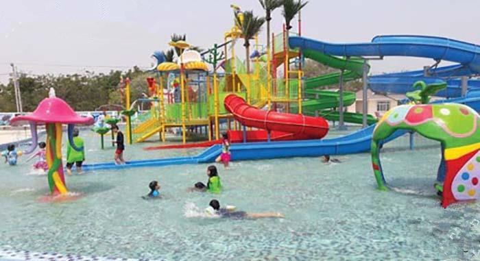 该水上乐园采用了先进的净水系统,建有游泳池,水滑梯等各种水上游乐