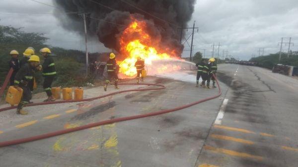 """密铁拉市""""贡隆顶""""桥上一辆小型运油车起火"""