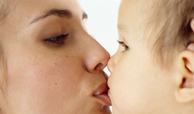 超可爱小孩接吻图片