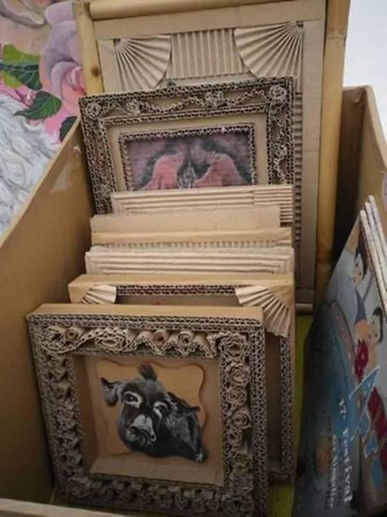 比如做个小相框,可以利用纸箱做装饰!