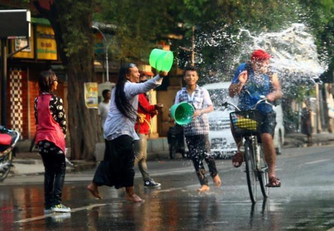 """缅甸的""""春节""""——泼水节"""