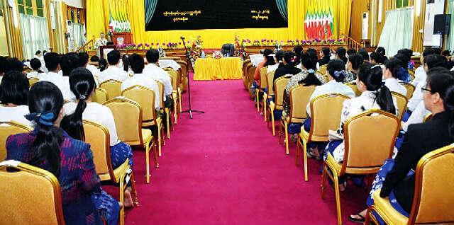 缅甸教育部长所说的大专院校学生人数
