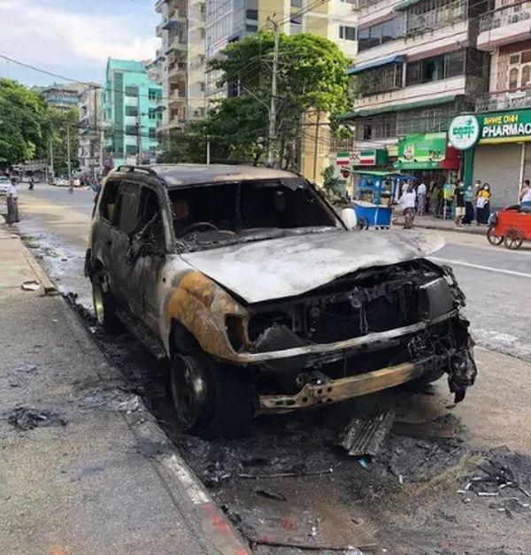 缅甸歌手Yong Lay的汽车被纵火烧毁