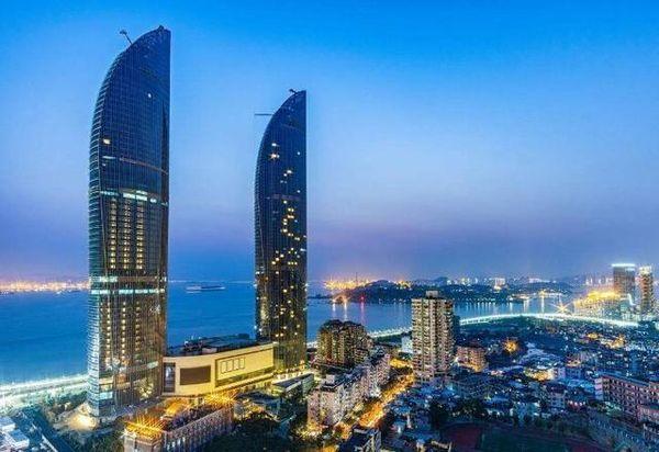 """英国学者拍下厦门""""海峡大厦"""",引发热议:中国建设太强大"""