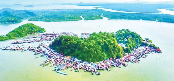 德林达依省勃路县区一蟹鳌形岛屿引起游客们的注目