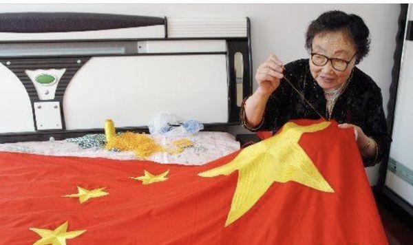爱国华侨庆国庆  五星红旗迎风飘(丹青)
